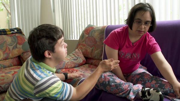 Bild 1 von 3: Nach dem Streit ist Sarah durcheinander und Justin versucht, sie wieder zu beruhigen