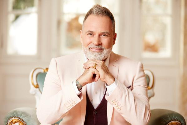 Bild 1 von 13: Hochzeitsplaner Froonck kommentiert informativ und humorvoll den schönsten Tag im Leben jeder Kandidatin.