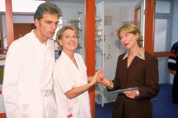 Bild 1 von 9: Überraschung für Schmidt (Walter Sittler) und Nikola (Mariele Millowitsch): Der neue Verwaltungsdirektor ist kein Mann, sondern eine Frau (Petra Zieser)!