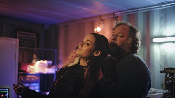 Bild 1 von 4: Der Einsatz gerät außer Kontrolle.  Billie Vebber (Constance Gay) wird von einem der gesuchten Täter bedroht.