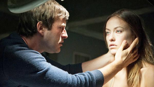 Bild 1 von 5: Mit einem Serum holt der Mediziner Frank (Mark Duplass) seine verstorbene Verlobte Zoe (Olivia Wilde) ins Leben zurück.