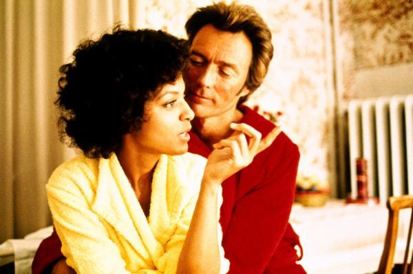 Bild 1 von 5: Der Kunstprofessor Hemlock (Clint Eastwood) hat ein Auge auf die schöne Jemima Brown (Vonetta McGee) geworfen, die allerdings ihre eigenen Interessen verfolgt.