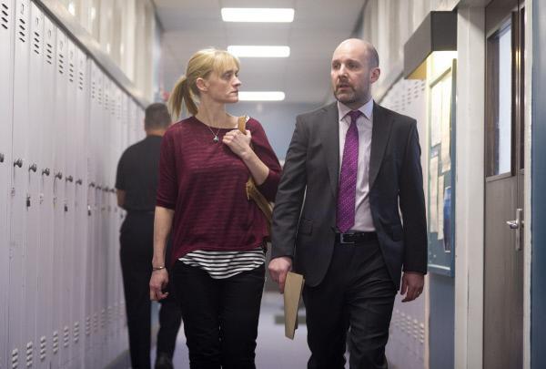 Bild 1 von 4: Das Verhältnis zwischen Claire (Anne-Marie Duff) und ihrem ehemaligen Kollegen John Hind (Johnny Harris) ist angespannt. Früher haben sie gut zusammen funktioniert, doch nun haben sich beide stark verändert.