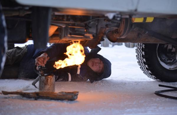 Bild 1 von 6: Mit einem Flammenwerfer wird das Auto aufgetaut, damit es morgens überhaupt anspringt.