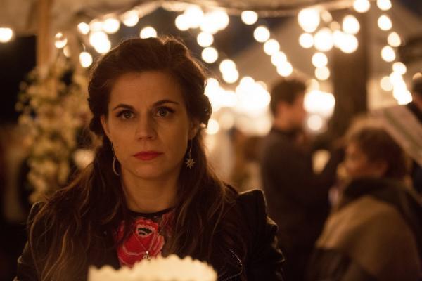 Bild 1 von 7: Danielle Bouman (Elise Schaap) ist nur zu gern aus Aruba zurückgekehrt und hofft auf ein Wiedersehen mit Kim.