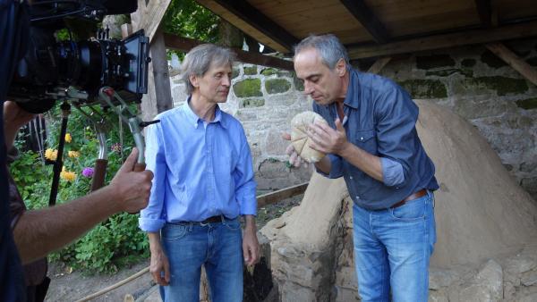 Bild 1 von 1: Christian Rach testet im Brotmuseum Ebergötzen die Zubereitung von \