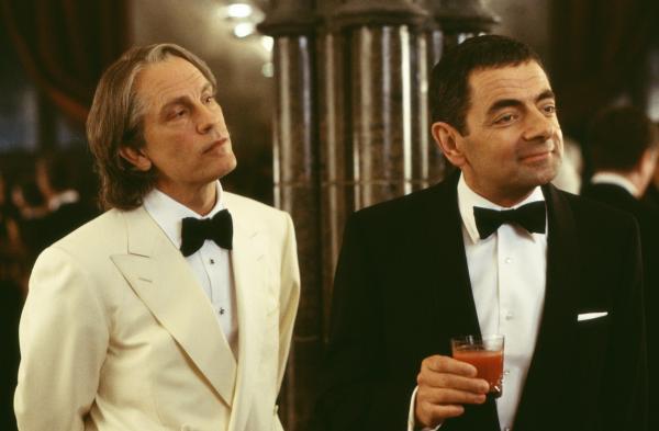 Bild 1 von 12: Pascal Sauvage (John Malkovich, l.) macht Rechte auf den englischen Thron geltend. Agent English (Rowan Atkinson, r.) soll den Franzosen stoppen.