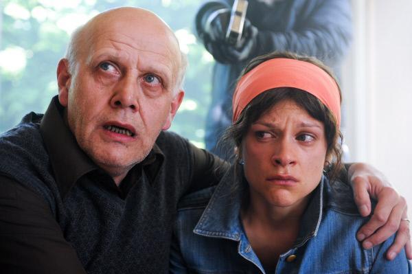 Bild 1 von 4: Robert Maes (Carry Goossens) und seine Tochter Hannah (Veerle Baetens) mussten zusehen, wie sich Einbrecher an Hannahs Mutter vergingen.