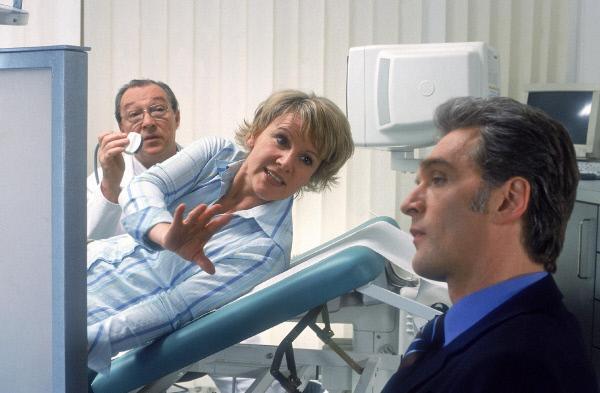 Bild 1 von 5: Eigentlich will Dr. Kirchhoff (Jackie Schwarz, li.) nur sein Ultraschall machen, aber Nikola (Mariele Millowitsch) und Dr. Schmidt (Walter Sittler) streiten sogar im Untersuchungszimmer angeregt weiter...