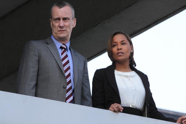 Bild 1 von 4: DCI Alan Banks (Stephen Tompkinson) leitet eine Abteilung der Kriminalpolizei, die Schwerverbrechen aufklärt. Winsome Jackman (Lorraine Burroughs) ist eine junge Kollegin, die Banks tatkräftig unterstützt.