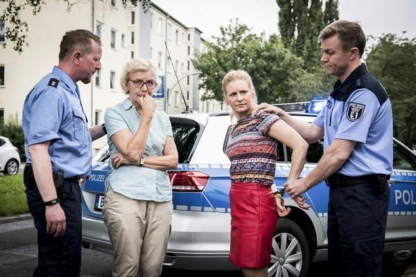 Bild 1 von 8: Die Polizisten (Komparsen) halten Elfriedes Wagen an und nehmen Elfriede (Angelika Thomas, 2.v.l.) und Jenny (Birte Hanusrichter) fest.
