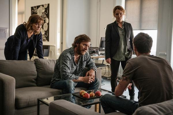 Bild 1 von 4: Hanna (Marie Richardson, l.), Björn (Magnus Krepper, M.), Tina (Sofia Ledarp, 2.v.r.) und Christian (Adam Pålsson, r.) treffen sich in einem Safe House und diskutieren das weitere Vorgehen.