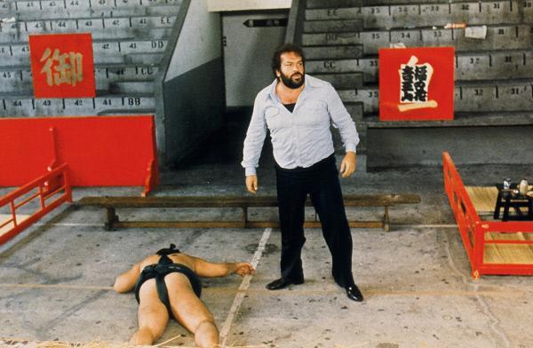 Bild 1 von 1: Die schlagkräftige italienische Art von Inspector 'Flatfoot' Rizzo (Bud Spencer) hinterlässt bei Samurai-Schwertkämpfern, Sumo-Ringern, Kung-Fu-Experten und Thai-Boxern einen bleibenden Eindruck.