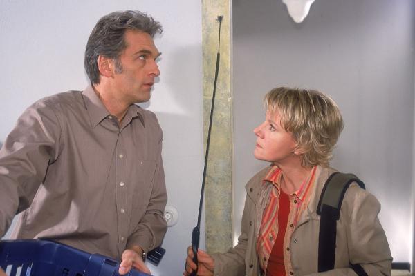 Bild 1 von 6: Manche Leute müssen einfach mehr Disziplin lernen! Schmidt (Walter Sittler) ist völlig verschreckt, als Nikola (Mariele Millowitsch) mit einer Peitsche aus ihrer Wohnung geschossen kommt.