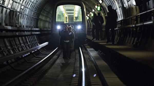 Bild 1 von 5: Drei Männer entführen in Kopenhagen einen U-Bahnwagon mit 15 Insassen und verschanzen sich in einer noch im Bau befindlichen U-Bahnstation.