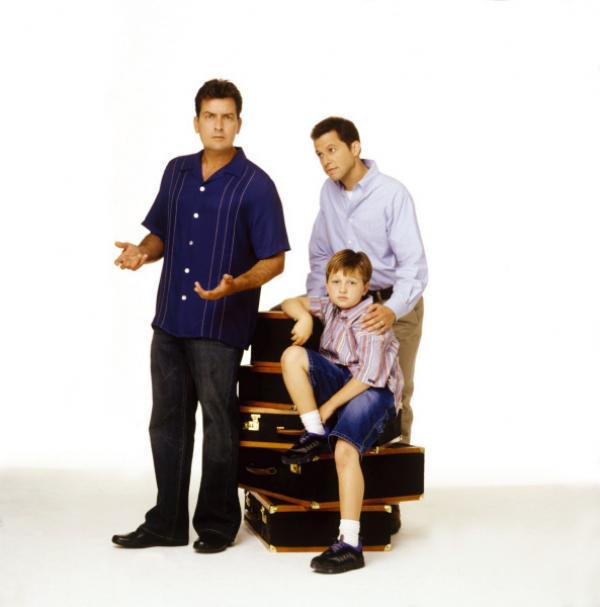 Bild 1 von 7: (1. Staffel) - Nach einigen Anfangsschwierigkeiten läuft der Alltag in der Männer- WG eigentlich ganz gut: Charlie (Charlie Sheen, l.), Alan (Jon Cryer, r.) und Jake (Angus T. Jones, M.) ...