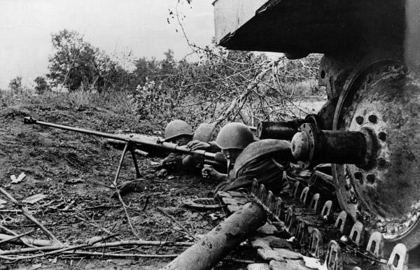 Bild 1 von 1: Rotarmisten bei der Schlacht von Kursk, 1943.
