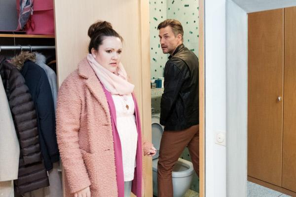 Bild 1 von 4: Nadine (Sarah Victoria Schalow) hat ein unangenehmes Erlebnis mit Malte (Stefan Bockelmann).