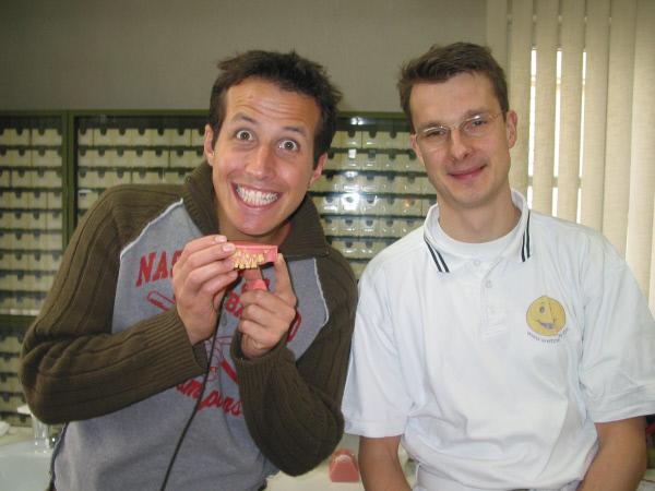 Bild 1 von 7: Von links: Der Moderator Willi Weitzel in der Praxis von Zahnarzt Dr. Wetzel.