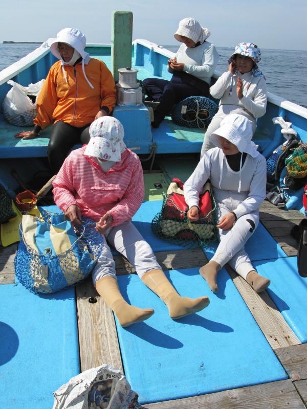 Bild 1 von 3: Vorbereitungen zum Tauchgang: Insgesamt neun Ama - japanische Taucherinnen - arbeiten seit Jahrzehnten zusammen auf diesem Boot