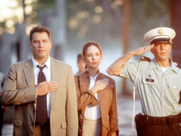 Bild 1 von 3: Paul Brenner (John Travolta, l.), Sara Sunhill (Madeleine Stowe, M.) und Colonel Kent (Timothy Hutton, r.) werden zur Untersuchung des Mordes an Elisabeth Campbell (Leslie Stefanson) aufgerufen.