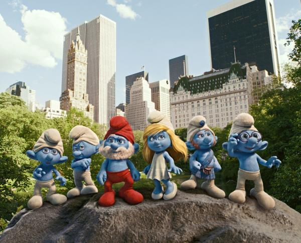 Bild 1 von 2: Clumsy, Grouchy, Papa, Smurfette, Gutsy and Brainy Smurf in Central Park in New York in Columbia Pictures' THE SMURFS.