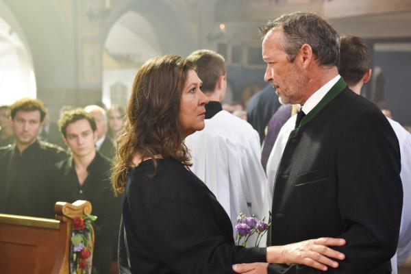 Bild 1 von 15: Eva Lorenz (Eva Mattes) ahnt, dass Vinz Huber (Michael Roll) den Tod seiner Frau noch nicht wirklich begriffen hat.