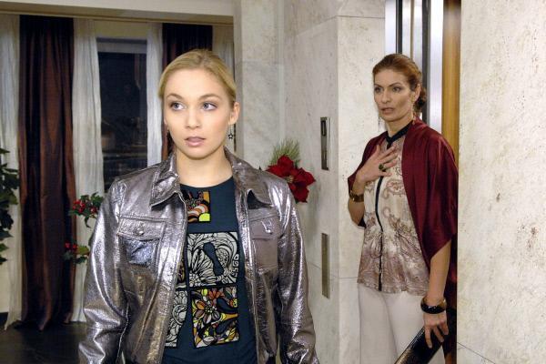 Bild 1 von 25: Als Robert seine Schlüssel vermisst, macht sich Lily (Jil Funke, l.) alarmiert auf den Weg ins Penthouse - und wird dort von Natascha (Franziska Matthus, r.) ertappt.