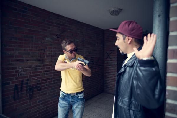 Bild 1 von 10: Sol (Eko Fresh, r.) wird von dem Undercover-Polizisten Philip (Frederick Lau, l.) überrumpelt.