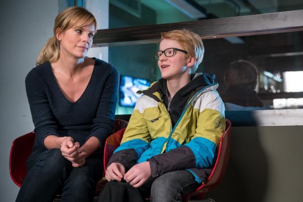 """Bild 1 von 6: Paul (Peter Laser) ist stolz, dass seine Mutter Ina Zimmermann (Melanie Marschke) die neue Chefin der """"SOKO Leipzig"""" wird."""
