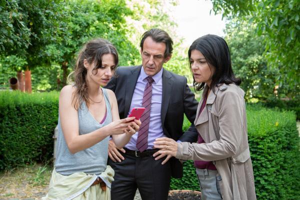 Bild 1 von 15: Radek (Hans-Werner Meyer, M.) und Mina (Jasmin Tabatabai, r.) werden Zeugen, als Ingrid (Julia Hartmann, l.) einen Anruf von Constanze bekommt, die offensichtlich in Schwierigkeiten steckt.