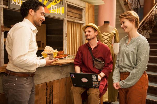 Bild 1 von 6: Jördis (Nadja Bobyleva, rechts) ist mit dabei als Haschim (Omar El-Saeidi, links) Alexej (Florian Lukas) gastfreundlich willkommen heißt.