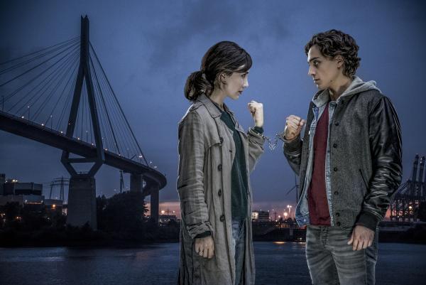 Bild 1 von 7: Sibel (Sibel Kekilli) will ihren Bruder Melih (Yasin Boynuince) daran hindern, Unsinn zu treiben. Sie kettet ihn mit Handschellen an.