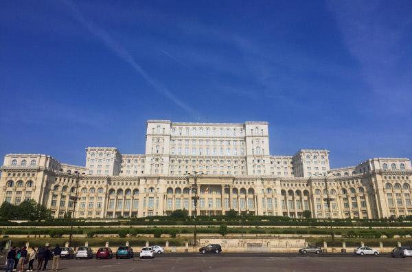 Bild 1 von 2: Der Parlamentspalast in Bukarest war das Bauprojekt des gestürzten Diktators Nicolae Ceausescu. Heute debattieren dort das rumänische Parlament und der Senat.
