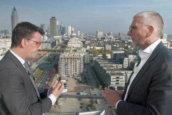 Bild 1 von 2: Eric Menges (li.), Geschäftsführer der FrankfurtRheinMain GmbH, und Rainer Ballwanz (re.), Immobilienunternehmer, auf dem Luxuswohnturm \