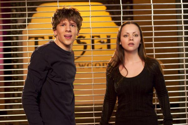Bild 1 von 6: Einige Zeit nach dem Angriff stellen die Geschwister Ellie (Christina Ricci) und Jimmy (Jesse Eisenberg) fest, dass Veränderungen in ihnen vorgehen.