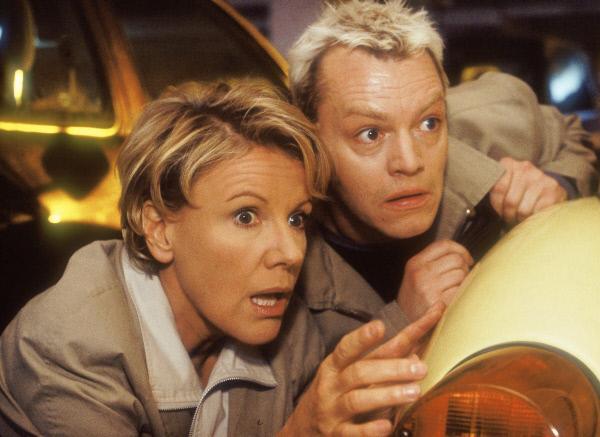 Bild 1 von 6: Schritte in der dunklen Tiefgarage! Nikola (Mariele Millowitsch) und Tim (Oliver Reinhard) verstecken sich, bevor der Parkhausräuber sie entdeckt...