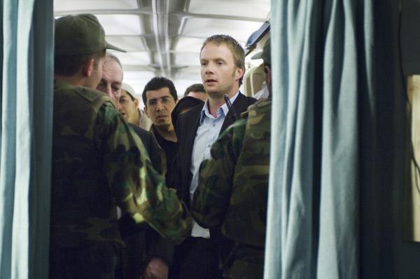 Bild 1 von 9: Agent Adam Carter (Rupert Penry-Jones) gerät bei seiner Mission unter Verdacht.