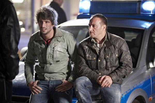 Bild 1 von 34: Ben (Tom Beck, li.) und Semir (Erdogan Atalay) suchen nach einer Lösung, um Sarah zu schützen - man muss sie an einen Ort bringen, wo sie niemand vermutet...