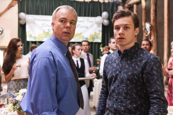 Bild 1 von 8: Ian Tedman (Steve Pemberton, l.) versucht, seinen Sohn Ollie (Finn Cole, r.) vor den Fragen der Polizei zu schützen. Ollie scheint durchaus bereit, Wichtiges zur Lösung dieses Falles beizutragen.