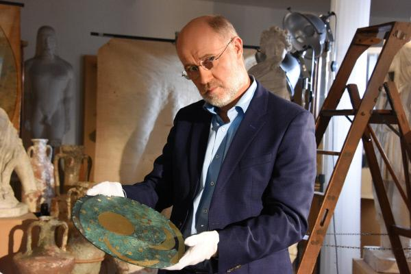 Bild 1 von 12: Harald Lesch mit einer Nachbildung der Nebra-Scheibe, die als früher Himmelskalender gilt.