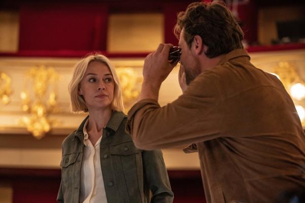 Bild 1 von 5: Als Miranda Blake (Elen Rhys) und Max Winter (Julian Looman) anfangen, in dem Mord eines Opernsängers zu ermitteln, entdeckt Max sein eigenes Gesangstalent.
