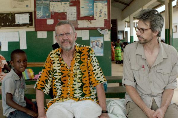 Bild 1 von 5: In Westafrika besucht David Sieveking (re.) den dänischen Wissenschaftler Peter Aaby (Mi.), der nach 40 Jahren Forschung zur Langzeitwirkung von Impfungen die Impfprogramme der Weltgesundheitsorganisation kritisiert.