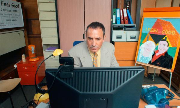 Jacques (Jean Dujardin) arbeitet im Büro an seiner Geschäftsidee, mit der er reich werden will. Er will Schönheitschirurgie zum billigen Preis anbieten.