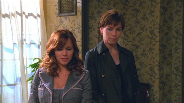 Bild 1 von 2: In Anwesenheit von Detective Wheeler (Julianne Nicholson, r.) gesteht Elaine Bewliss (Alexa Havins) eine Affäre mit einem Investor gehabt zu haben.