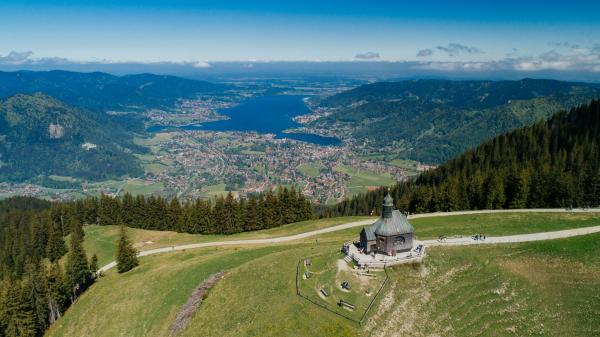 Bild 1 von 1: Die Wallberg-Kapelle. Seit Ende der fünfziger Jahre  betreibt der Bayerische Rundfunk am Sender Wallberg auf dem 1.722 Meter hohen Wallberg im Mangfallgebirge eine Sendeanlage für diese Region.