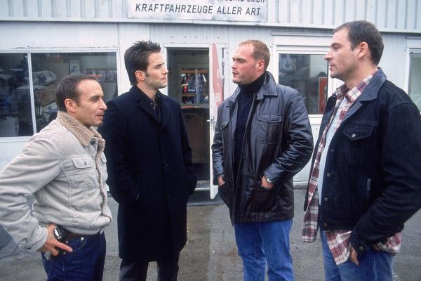 Bild 1 von 13: Semir (Erdogan Atalay, li.) und Jan (Christian Oliver, 2.v.li.) befragen die Schrottplatzbesitzer Ralle (Roland Pfaus, re.) und Marco (Jan Nissen).