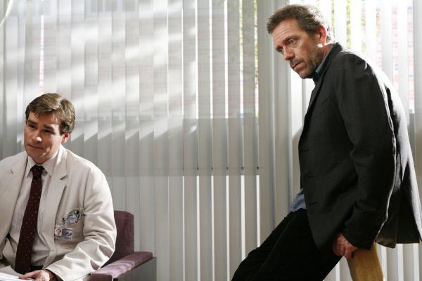 Bild 1 von 12: Während Dr. Wilson (Robert Sean Leonard, l.) die Hoffnung nicht aufgibt und glaubt, Nicks Leben retten zu können, hat Dr. House (Hugh Laurie) sich damit abgefunden, dass der Junge sterben wird.