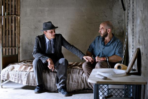 Bild 1 von 6: Ostermeier (Edgar Selge, l.) telefoniert mit Johnny und lässt Pichler (Michael Fuith, r.) allein im Keller zurück.