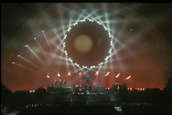 Bild 1 von 5: Für das am 20. Oktober 1994 im Londoner Earls Court gefilmte Konzert wurden spezielle zusätzliche Laser- und Lightshows eingebaut.